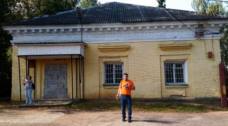 Александр Спивак на фоне бывшей конюшни